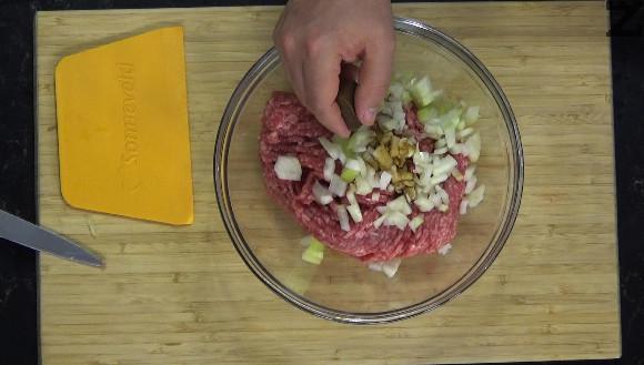 Лукът се нарязва на много ситно, краставичките на дребни кубчета. Слагат се в купа заедно а каймата. Добавя се чубрица, ситно нарязан магданоз, стрит телешки бульон, соев сос.