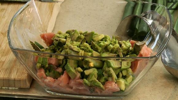 Всички нарязани продукти се слагат при сьомгата, поливат се със зехтин и посоляват с останалата сол. Рабъркват се добре.