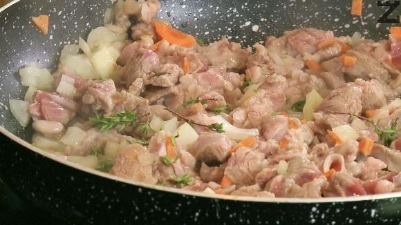 Морковът се нарязва на дребно. Слага се при месото заедно с мащерка и посолява. Залива се с 200 мл гореща вода, добавя се телешки бульон и кипва. Под капак се задушава за 15-20 минути на тих огън докато омекне.