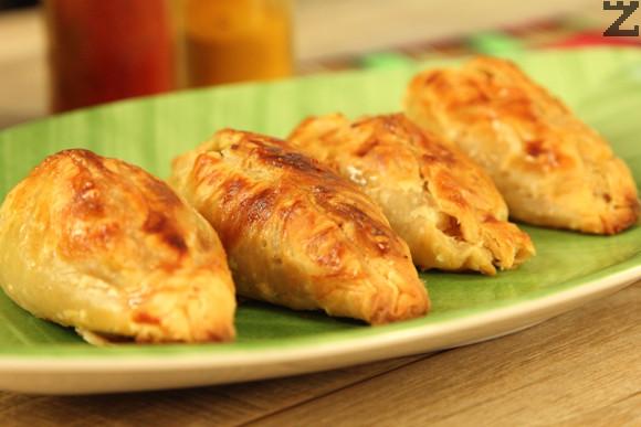 Намазват се с разбито яйце. Пекат се в силно загрята фурна на 200 ℃ с ниската част за 15-20 минути.