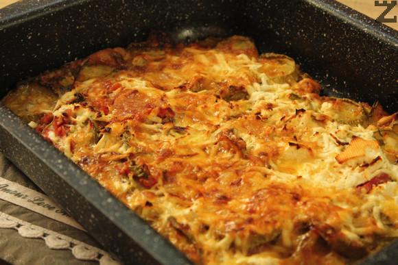 В купа се прави заливка от яйцата, и нарязаните на ситно копър и магданоз. Готовите тиквички се заливат с готовата смес и поръсват с настърганите сирене и кашкавал. Запичат се отново за около 10-15 минути, докато хване златиста коричка.