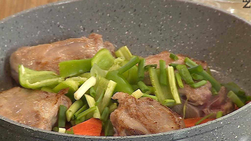 Морковите , лука и чушките се режат на едро и слагат при месото за да се запържат за две минути.