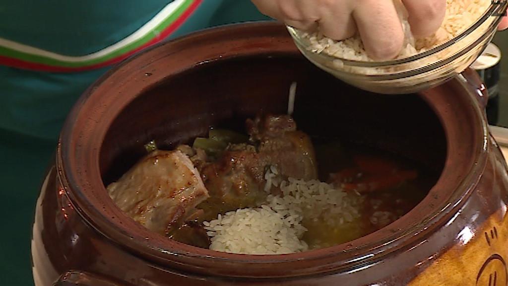 Месото се проверява и ако е готово се слага измит ориз, дребно нарязана целина и магданоз и се налива 200 мл бульон или вода. Пече се на 160 С за 30 минути.