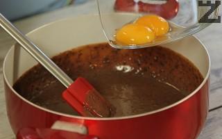 Добавя се какао и размесва. Слагат се жълтъците и разбъркват. Сместа се оставя да се охлади.