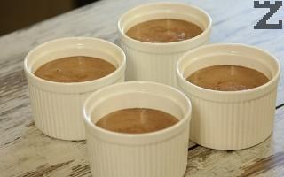 Шоколадовата смес се сипва в купичките.