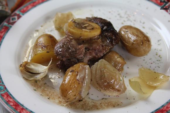 Забележка: в новите варианти на ястието се слага и една супена лъжица червен пипер. И може капака на гърнето да се замаже с лепкаво тесто от брашно и вода, за да се запазят вкусовете.
