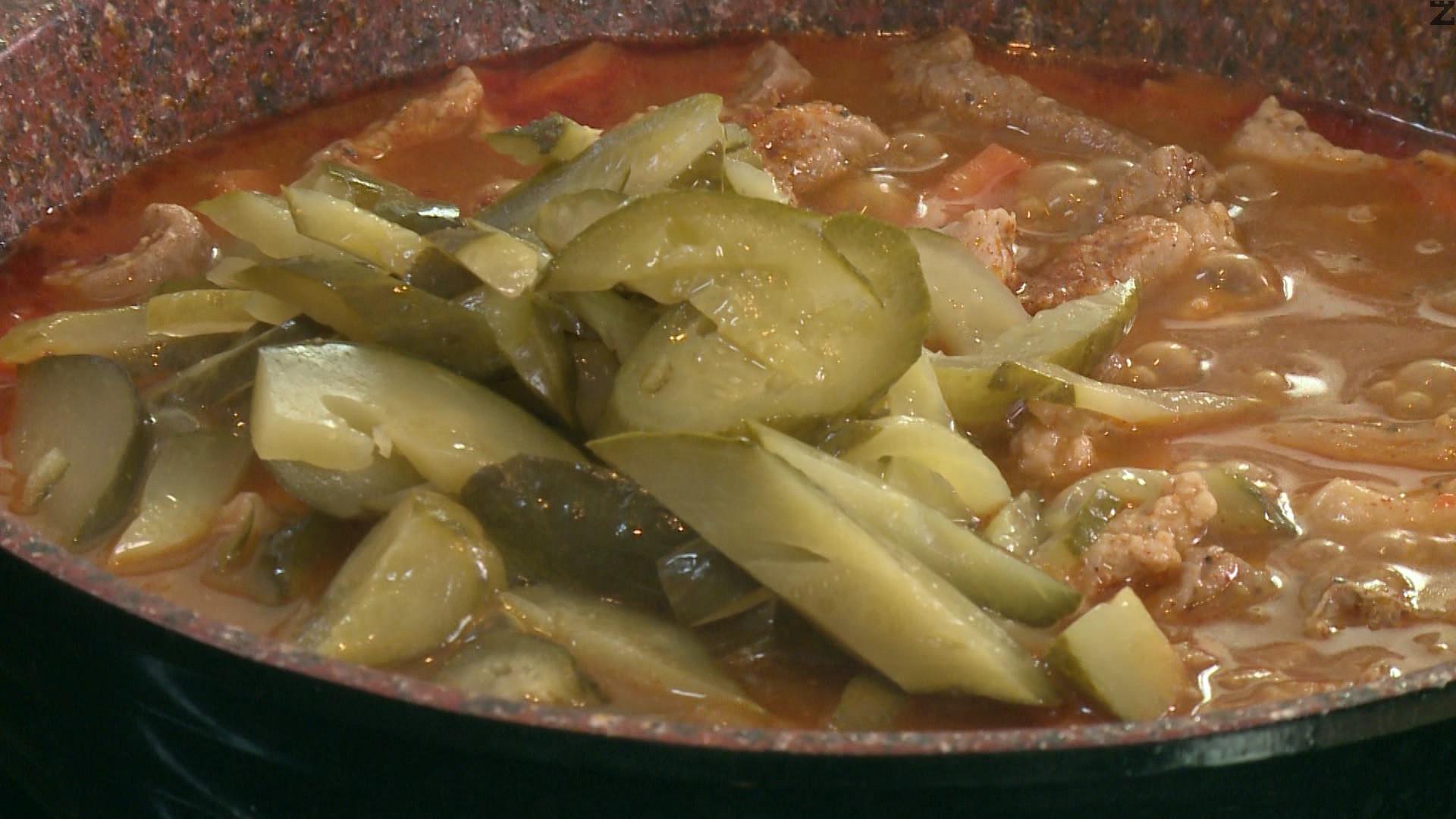 Нарязват се краставички на ивички и слагат при месото. Добавя се и нарязана на дребно целина. Задушават се 5 минути. Ястието е готово и се поръсва с нарязан магданоз