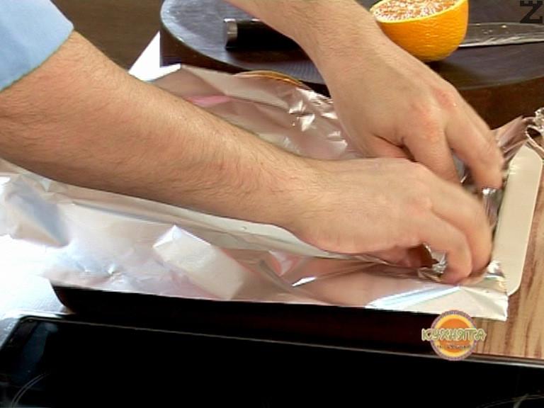 Печем във фурна, загрята на 160 градуса, около 30 минути. След това увеличаваме фурната на 200 градуса и печем още 15 минути. Отстраняваме фолиото и запичаме пилешките крилца на 200 градуса около 15-20 минути.