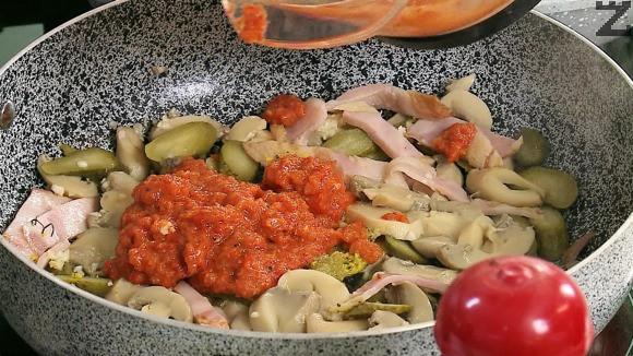 За ловджийския сос,в загрят тиган се слага едро нарязан бекон и оставя да се разтопи мазнината. Налива се олио и добавят едро нарязани краставички и гъби. Запържват се за минута. Слага се айвар, универсална зеленчукова подправка и 200 мл гореща вода.
