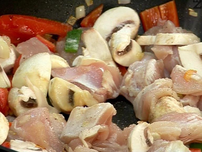 Разбъркваме внимателно, за да се разпредели сухата марината, след което го прибавяме към изпържените зеленчуци. Посоляваме, прибавяме щипка захар. Намаляваме котлона и оставяме месото и зеленчуците да се задушат за 15 мин.