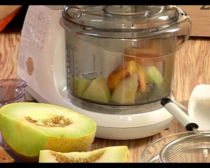 Слагаме продуктите в кухненски робот. За една чаша са необходими около 100 г пъпеш и 150 г праскова.
