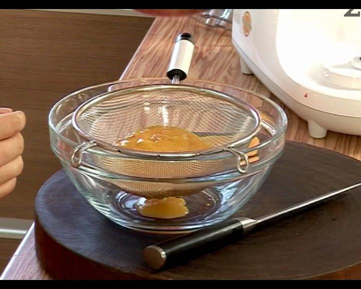 Прецеждаме плодовото пюре в цедка и го претриваме с лъжица. Отделяме 3-4 с.л. от пюрето за декорация на крема.
