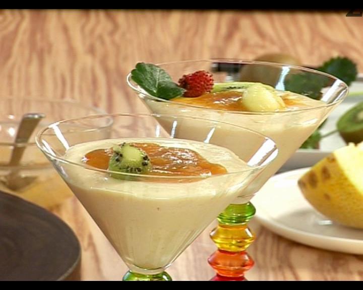 Изчакваме сместа да изстине и я прехвърляме в десертни чаши или купички. Поставяме десерта в хладилник за около 1 час, за да се охлади. Върху крема слагаме пласт от предварително отделеното пюре. Декорираме с плодове по желание.