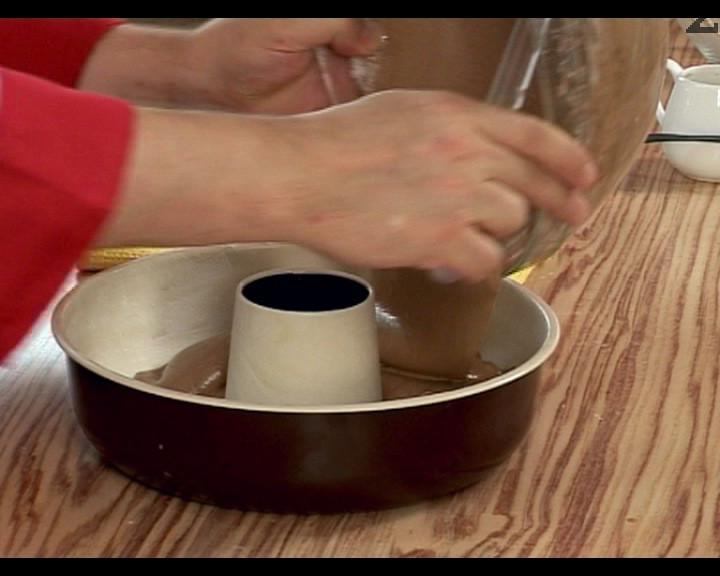 Разбърква се хубаво, и се прехвърля във форма за печене с диаметър 24-26 см, намазана с масло и поръсена с брашно. Пече се в ниската част на предварително загрята фурна на 180 градуса, в продължение на 40 мин.