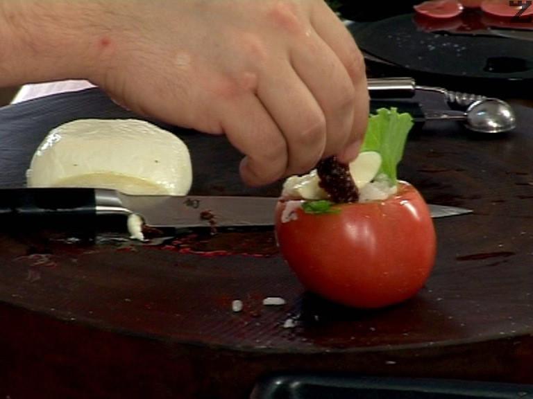 """На дъното на домата поставяме листо от зелена салата, пълним с ориза, отгоре поставяме парченце сирене """"Моцарела"""" и сушен домат. Заливаме със зехтин и поднасяме."""