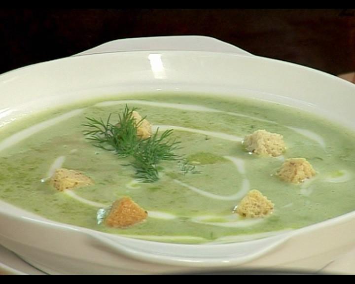 При сервиране наливаме от супата, добавяме 2 с.л. предварително разбито кисело мляко и крутони.
