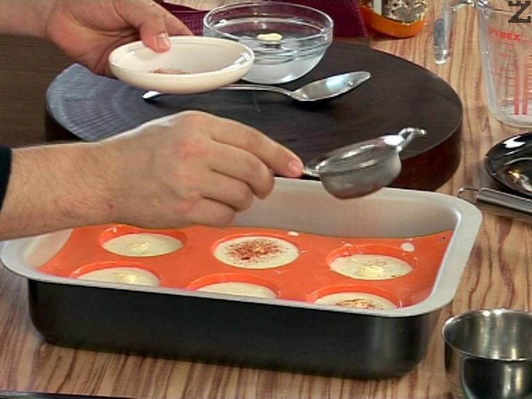 Намасляват се форми за кексче и дъното се поръсва с червен пипер.Сместа се разпределя по равно.