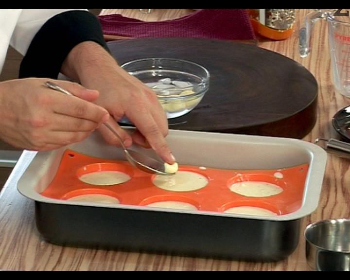 Във всяка форма се поставя по едно парченце масло с големина на лешник.