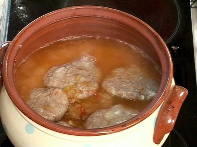 Поливаме с гореща вода, без да заливаме кюфтетата. Печем в умерено загрята фурна на 180 градуса за 30-45 мин.