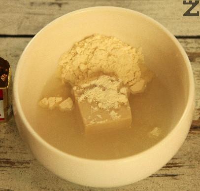 Маята се разтваря в 100 мл топла вода, поръсва се със захар и 2 лъжици брашно и оставя да шупне за 15 минути.
