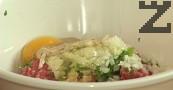 Лукът за кюфтетата се нарязва на ситно и добавя при каймата,посолява се и подправя с магданоз, чубрица, смлян черен пипер и кимион. Слага се яйце и хубаво се омесва.