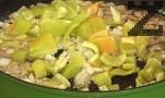 Лукът за яхнията се нарязва на дребно, чушките на дребни парченца а картофите на средно големи кубчета. В олиото от пърженето на кюфтетата се слагат лука и чушките и запържват за минута.