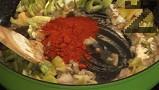 Поръсват се с брашно и червен пипер и заливат с 600 мл гореща вода. След като заври се слагат картофи.