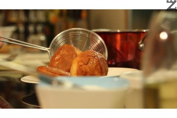 Температурата на олиото трябва да е около 170 С. Ако е по висока, бухтите бързо изгарят. Изважда се и поръсват с пудра захар. Ако се поднесат със сирене, тогава не се поръсват със захар. Бухтите могат да се сервират и със сладко или мед.
