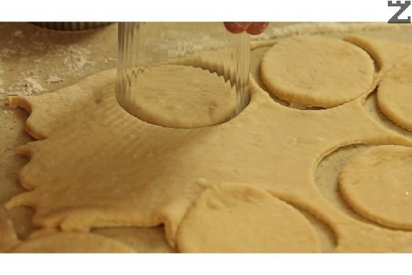 От разточената кора се режат с чаша или метален ринг малки кръгчета с диаметър 4-6 см.