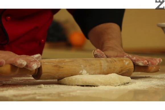 Разделя се на 4 части. Всяка част се оформя на топка и за кратко се премесва с допълнително брашно и разточва добре с набрашнена точилка на тънка кора.
