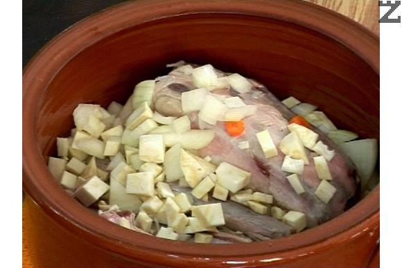 Нарязваме моркова на колелца, а лука – на парчета. Почистваме и нарязваме целината на кубчета.