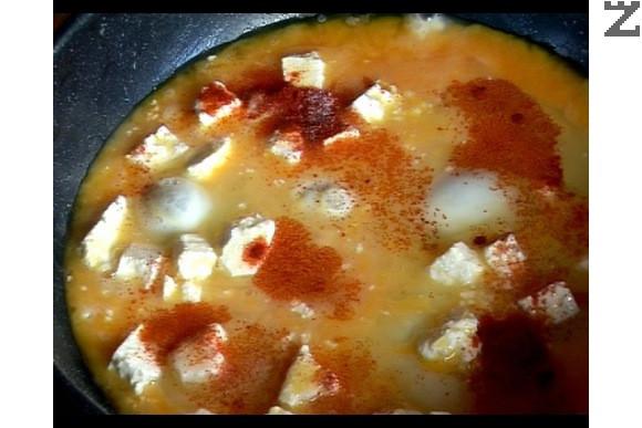 В умерено загрят тиган с мазнината от сланината се слагат яйцата, поръсват се със червен пипер, брашно и сол.