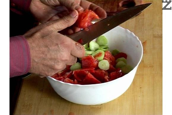 Прибавяме нарязаната на колелца краставица, срязаните на дребно чушки и кромид лук.