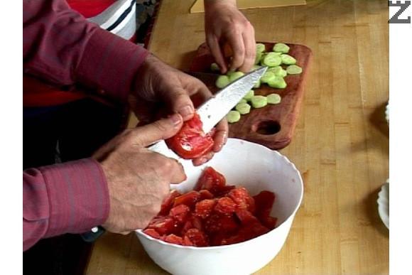 Почистваме и обелваме доматите, нарязваме ги на парчета.