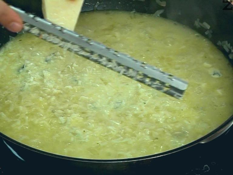 Заливаме с последната част от бульона, разбъркваме. В края на варенето настъргваме пармезан, добавяме и останалата част от кравето масло.