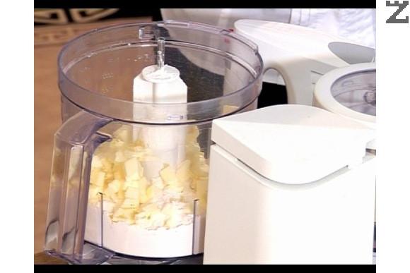 Приготвяме тестото. Разбиваме в в кухненски робот брашното, студеното краве масло, настърганата лимонова кора и солта докато станат на трохи