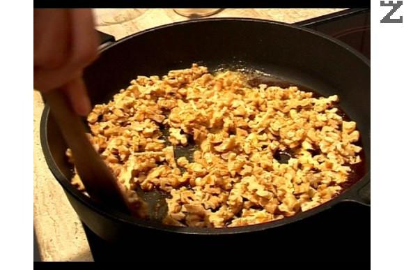 Приготвяме плънката. Карамелизираме захарта. Отстраняваме от огъня, добавяме 30 г масло и едро нарязаните орехи. Налива се сметана.