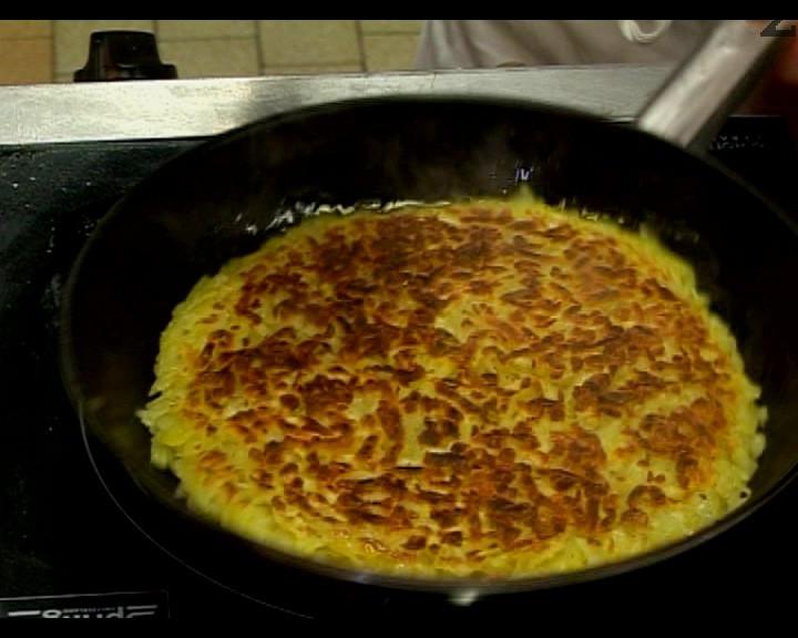 Приготвя се гарнитурата 'Рьощи'. Сваряваме, но не напълно, картофите. Обелват се и настъргват на едро ренде. Добавя се индийското орехче и черния пипер. Запържват се като палачинка в малко краве масло по 7-8 мин. от всяка страна. Докато хубаво се зачервят.