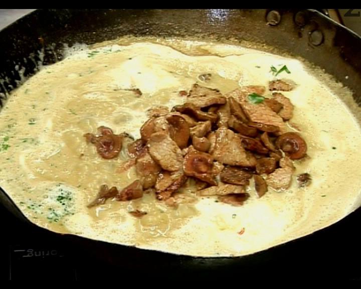 След минута , две се слага изпърженото месо заедно с бъбреците. Вари се минута и отегля от котлона.