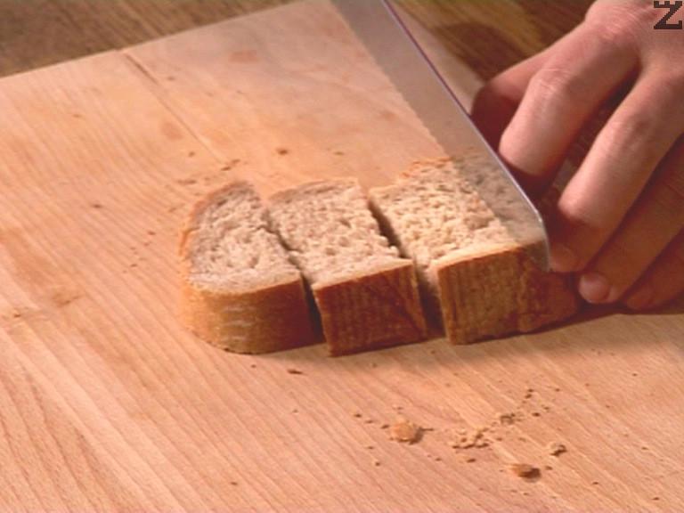 Нарязва се по сух хляб на едри парчета и с вилица се набожда, топва се във фондю за да се облее със стопените сирена и се изяжда.