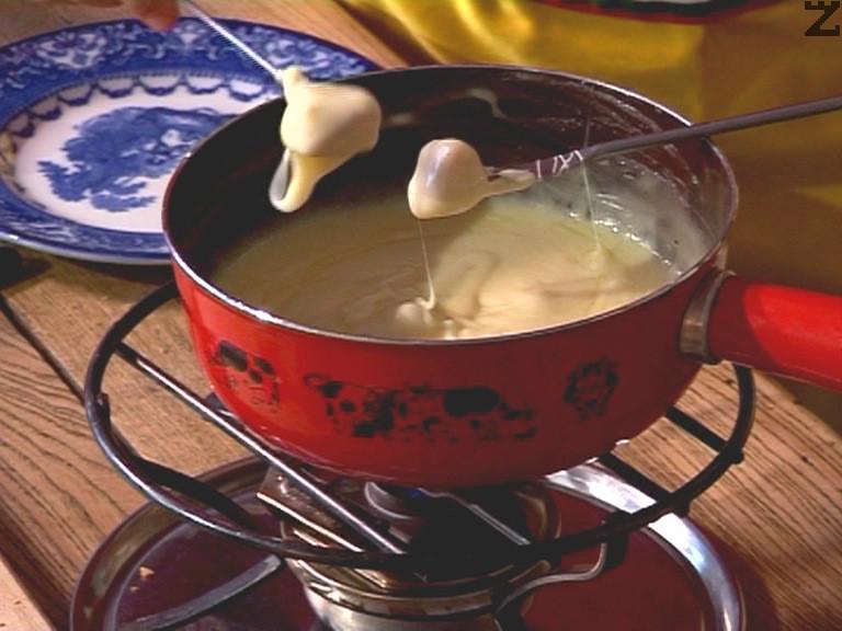 Ястието се подгрява на слаб огън за да не стегнат сирената докато се изяде цялото фондю.