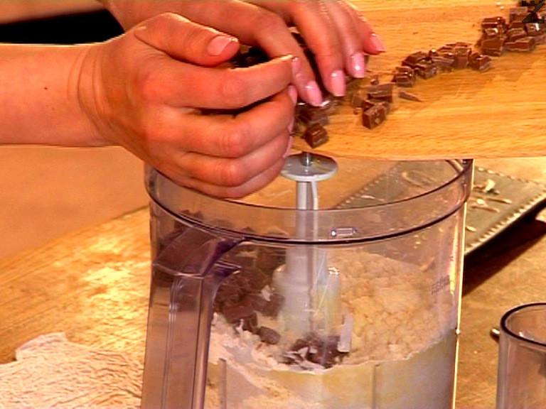 Изсипваме нарязания на едри парчета шоколад, отново разбиваме за кратко.