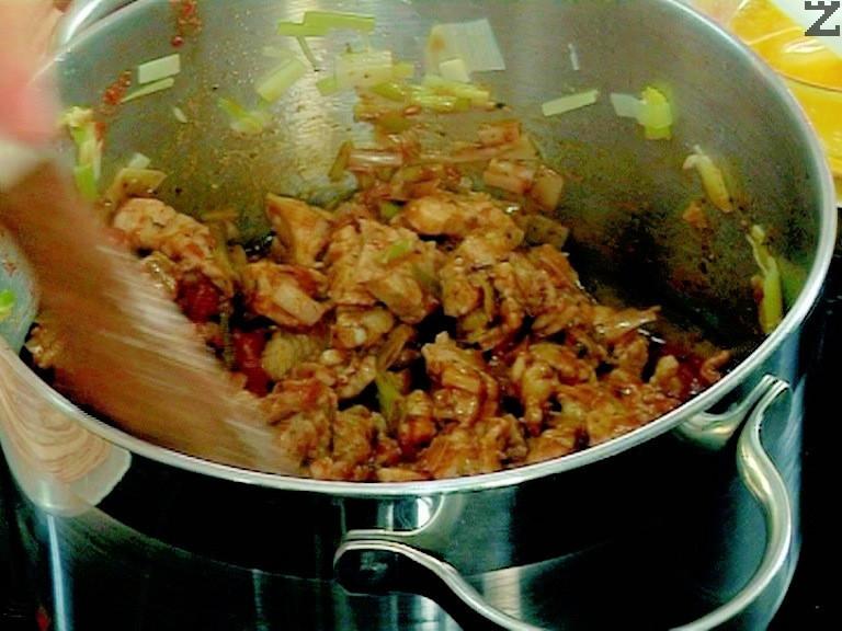 Поръсваме със сол, чубрица, червен и черен пипер. Добавяме скълцани консервирани домати и задушаваме на силен огън около 5 мин.