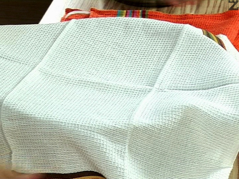 Тавата се покрива с кърпа и сармите се оставят за 5 минути за да омекнат, след което се сервират.