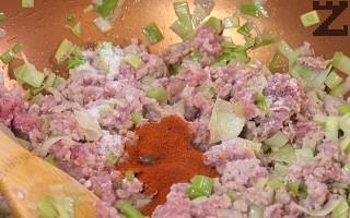 Поръсва се със сол, чубрица, червен и черен пипер. Добавят се скълцани домати добре отцедени от сока разбърква се и се се маха от котлона. Сместа трябва да е гъста без сос. Разтопява се кравето масло.