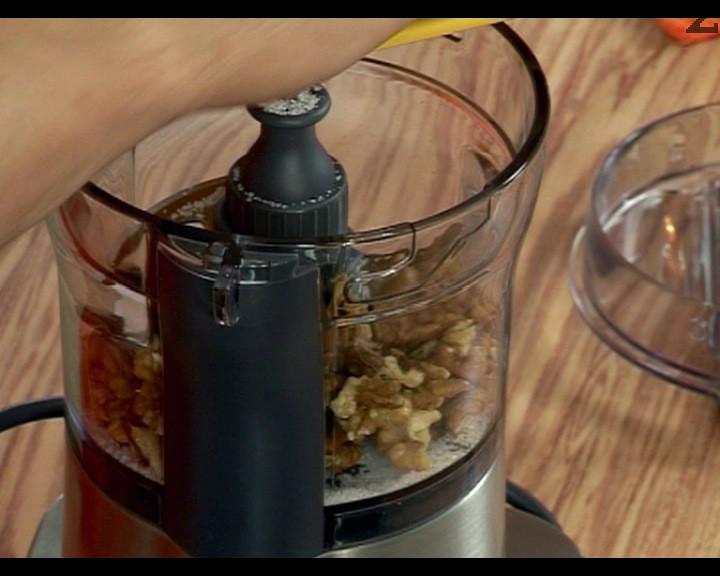 Приготвяме плънката. Изчистваме орехите и ги смиламе в миксер, поръсени с 2 ч.л. захар.