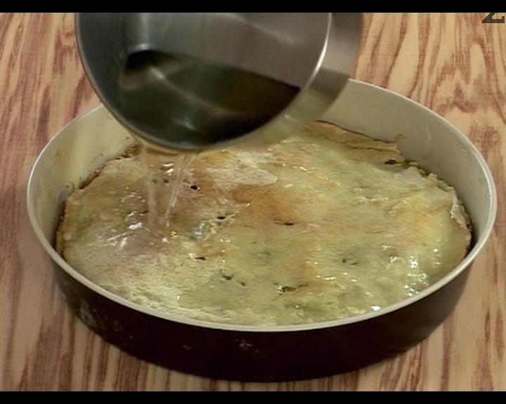 Приготвяме сиропа. Покриваме захарта с вода, варим 3-4 мин. Поръсваме с ванилия. След като се охлади сиропа, заливаме горещата торта. По желание поръсваме със смлени орехови ядки.