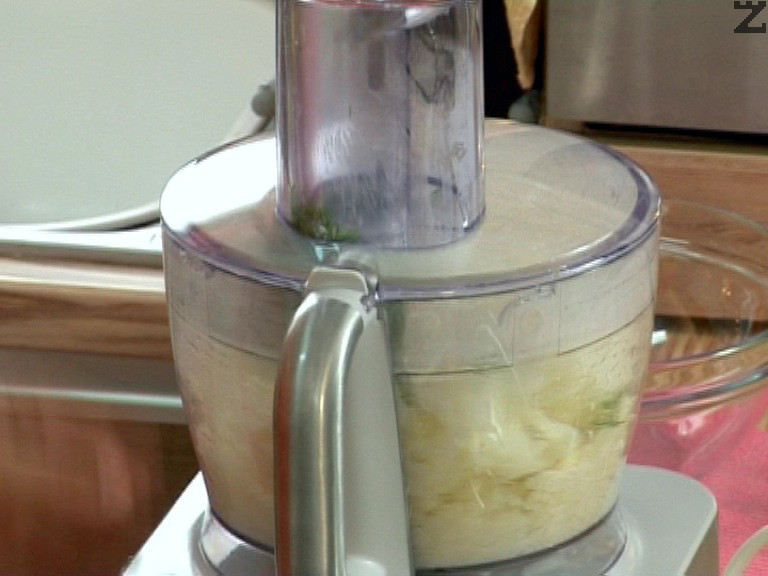 Пюрираме карфиола заедно със сиренето, киселото мляко и копъра. Посоляваме на вкус. Нарязваме чушката на кубчета и я добавяме към пюрето.
