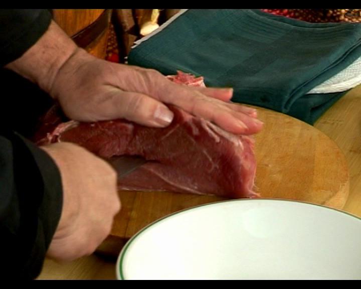 Махаме ципите от двата вида месо. Изрязваме бута от елен като джоб, в него слагаме филето от сърна. Посоляваме вътрешността, поръсваме с подправките.