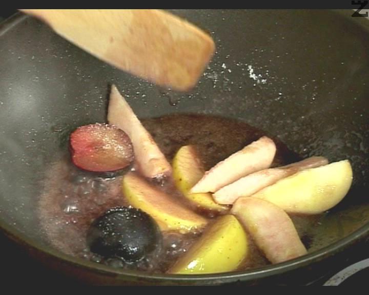Приготвяме гарнитурата. Нарязваме на едро плодовете, поливаме с виното и захарта. Задушаваме за кратко, добавяме коняка.